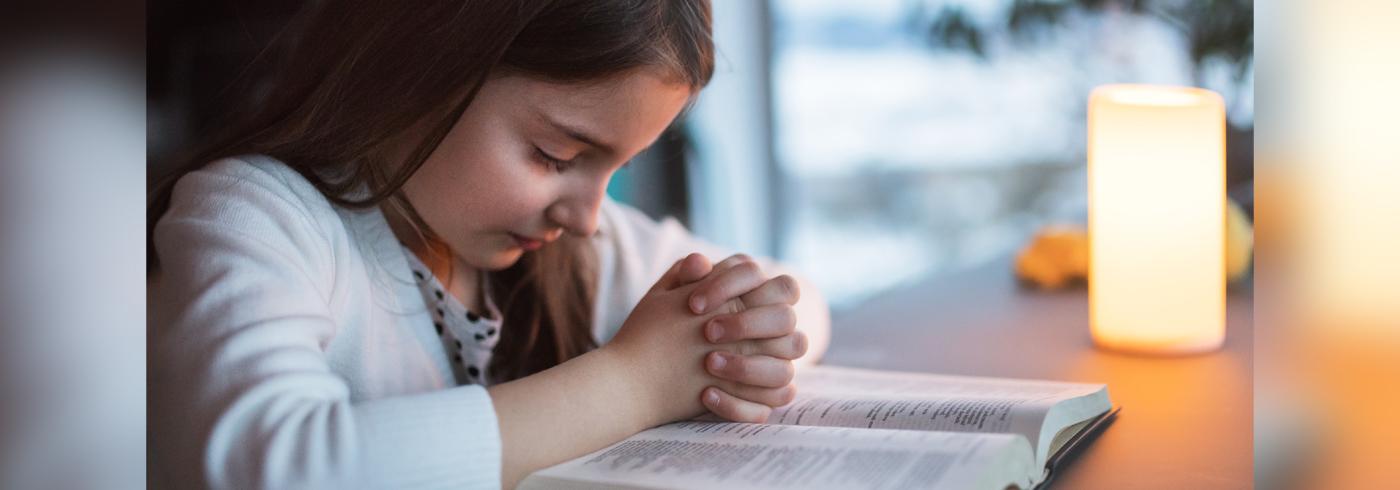 child prays